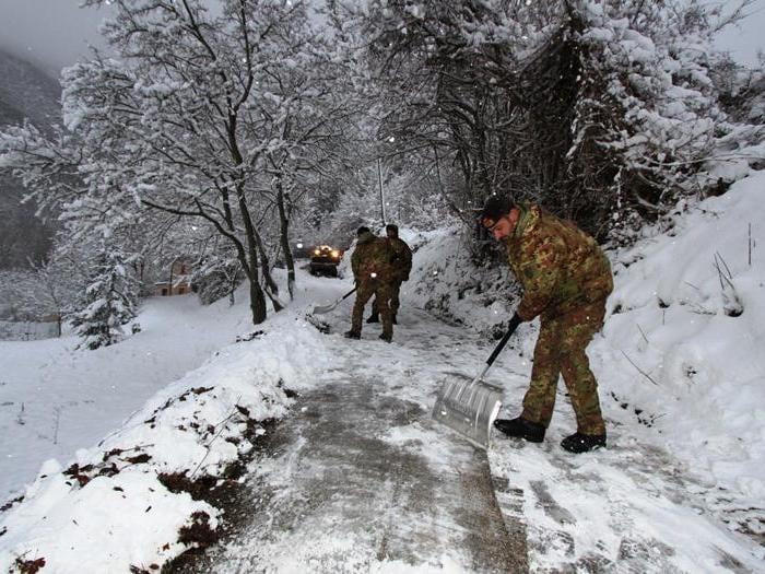 Sisma e neve, l'intervento dell'esercito