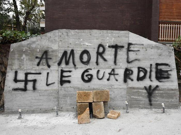 """""""Guardie a morte"""" e svastiche: imbrattata la lapide di Aldo Moro"""