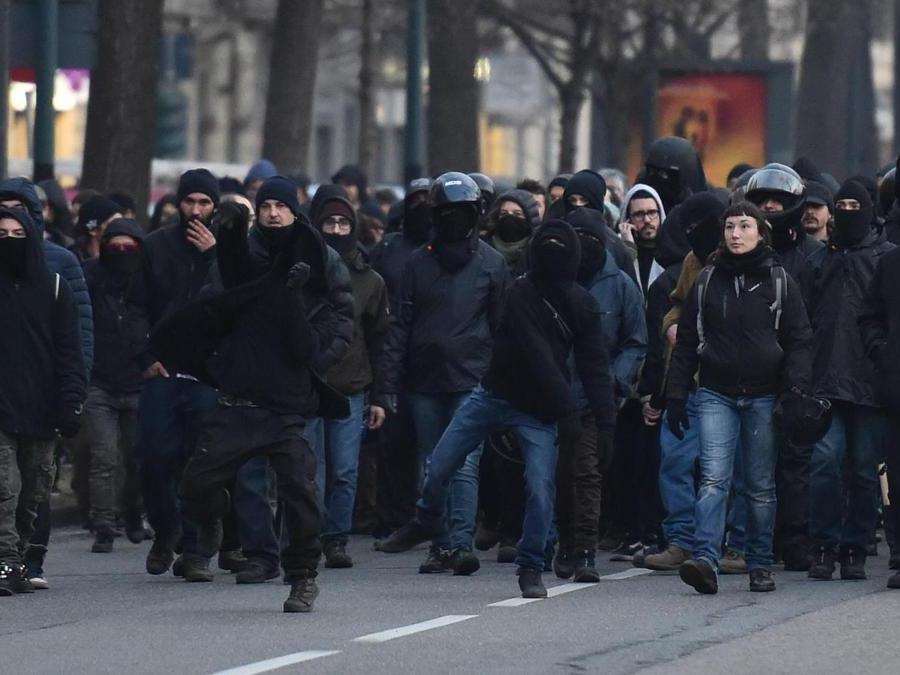 Scontri tra anarchici e polizia durante la sfilata di solidarietà contro lo sfratto di un asilo nido - ANSA/ALESSANDRO DI MARCO