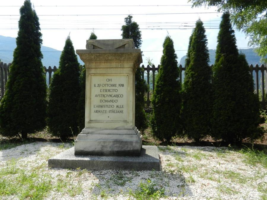 Serravalle all'Adige (Ala-TN), cippo commemorativo della resa austro-ungarica (foto Fornara)