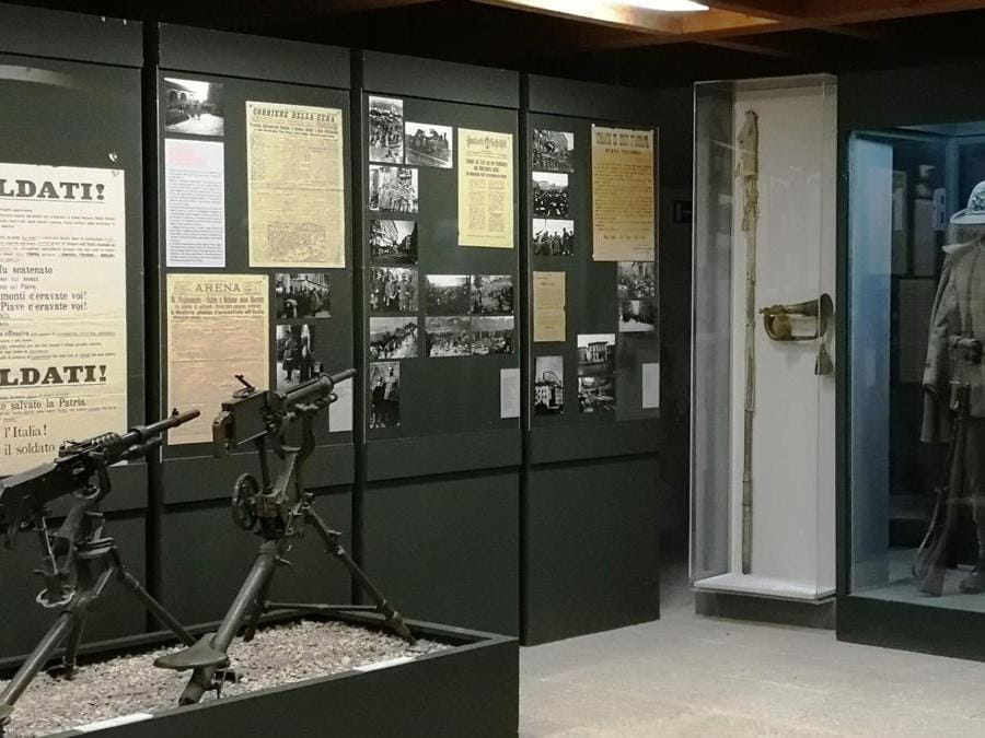 Tromba austriaca d'ordinanza e asta della bandiera bianca (bacheca nel Museo storico italiano della Guerra di Rovereto)