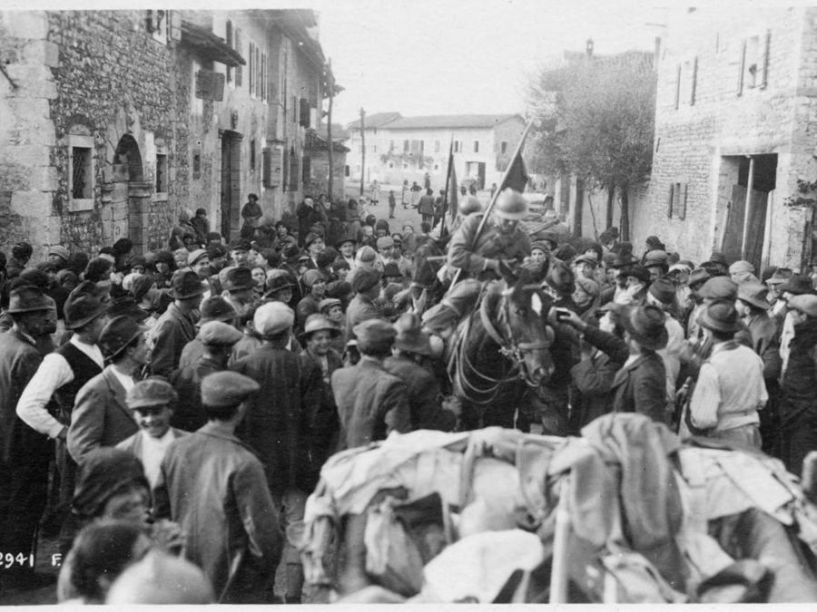 Lancieri a cavallo circondati dalla folla (archivio del Museo della Battaglia di Vittorio Veneto)
