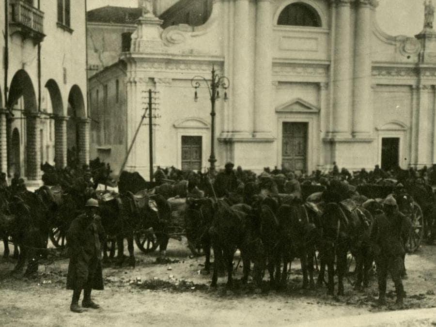 Artiglieria italiana nel centro di Cèneda, (archivio del Museo storico italiano della Guerra di Rovereto)