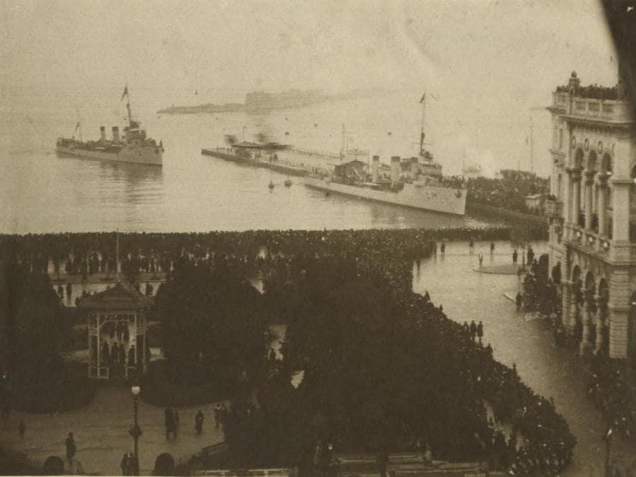 L'arrivo delle prime navi italiane a Trieste, 3 novembre 1918 (fototeca dei Civici Musei del Comune di Trieste)