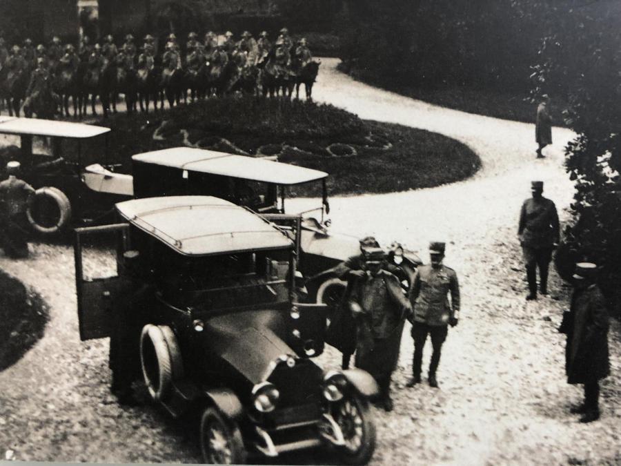 La delegazione italiana a Villa Giusti con i carabinieri a cavallo che rendono gli onori (collezione Lanfranchi Giusti)