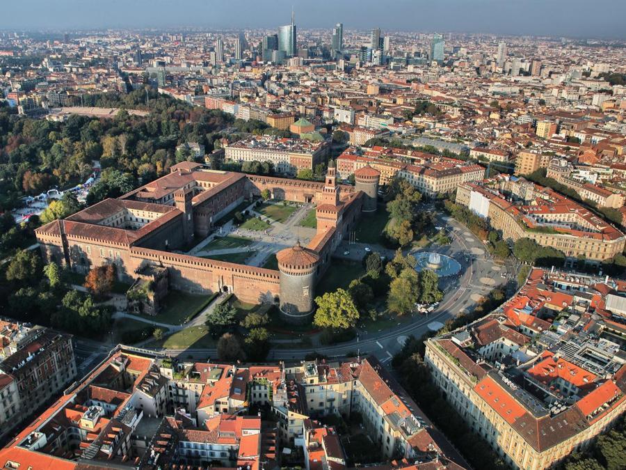 Veduta sul Castello Sforzesco e verso lo skyline