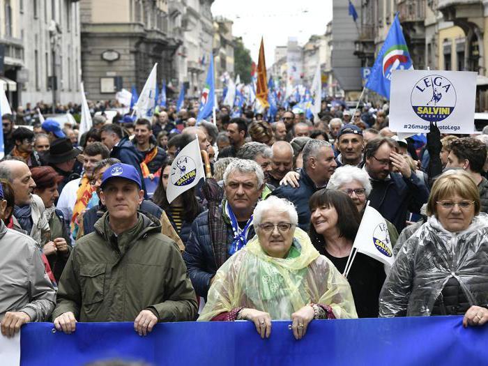 La piazza di Milano, pro e contro Salvini
