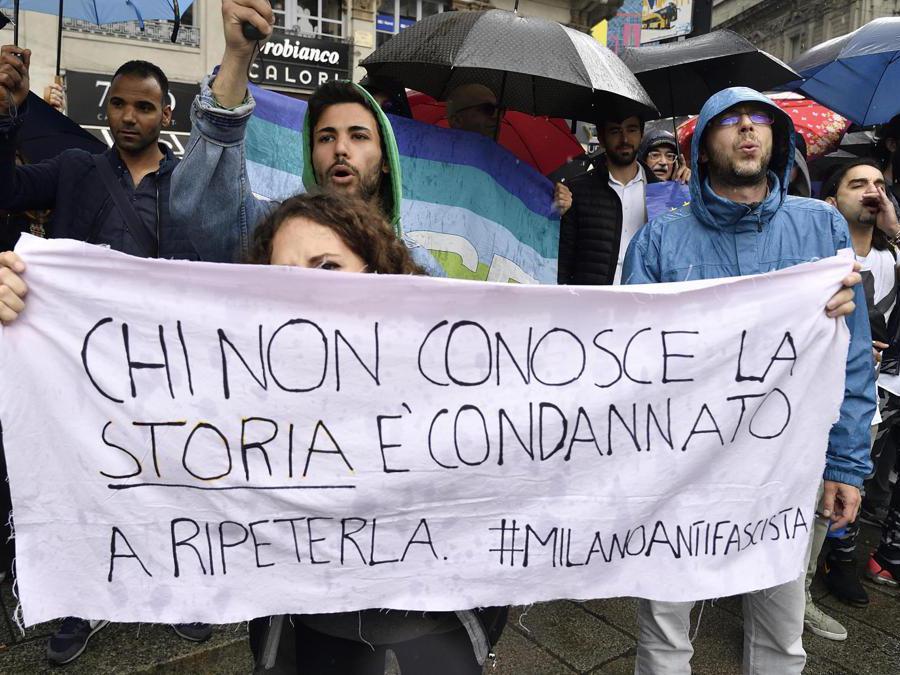 """Contestatori durante la manifestazione della Lega in piazza Duomo """"Prima l'Italia. Il buon senso in Europa"""". (Ansa/Flavio Lo Scalzo)"""