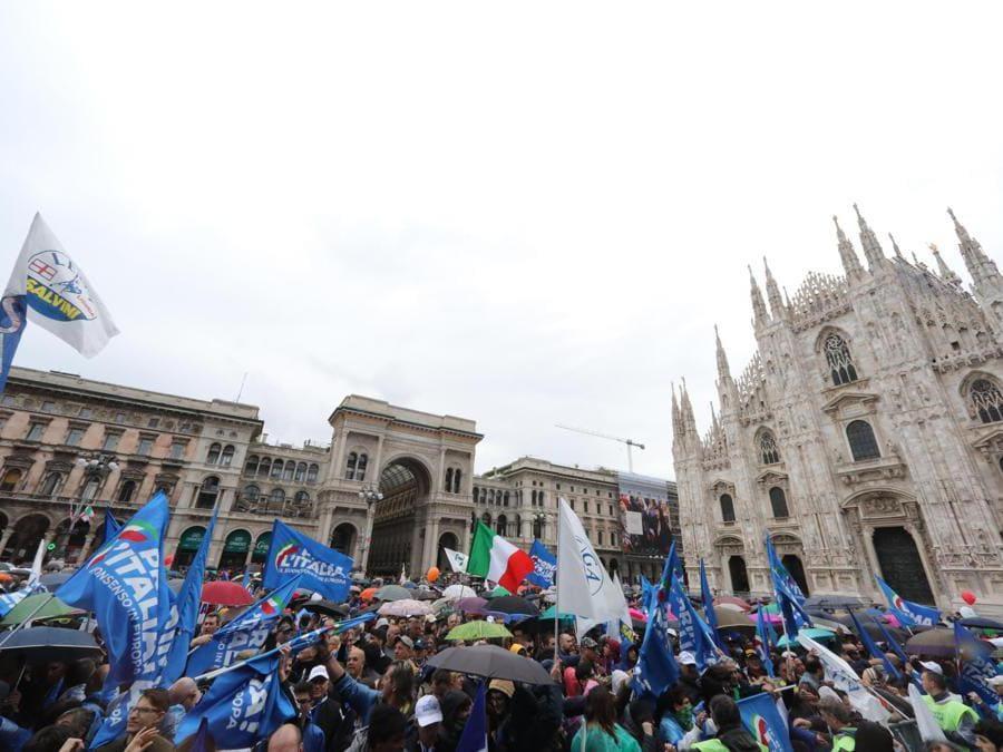 """Sostenitori della Lega in attesa della manifestazione """"Prima l'Italia. Il buon senso in Europa"""" organizzata dalla Lega in piazza del Duomo a Milano. (Ansa / Matteo Bazzi)"""