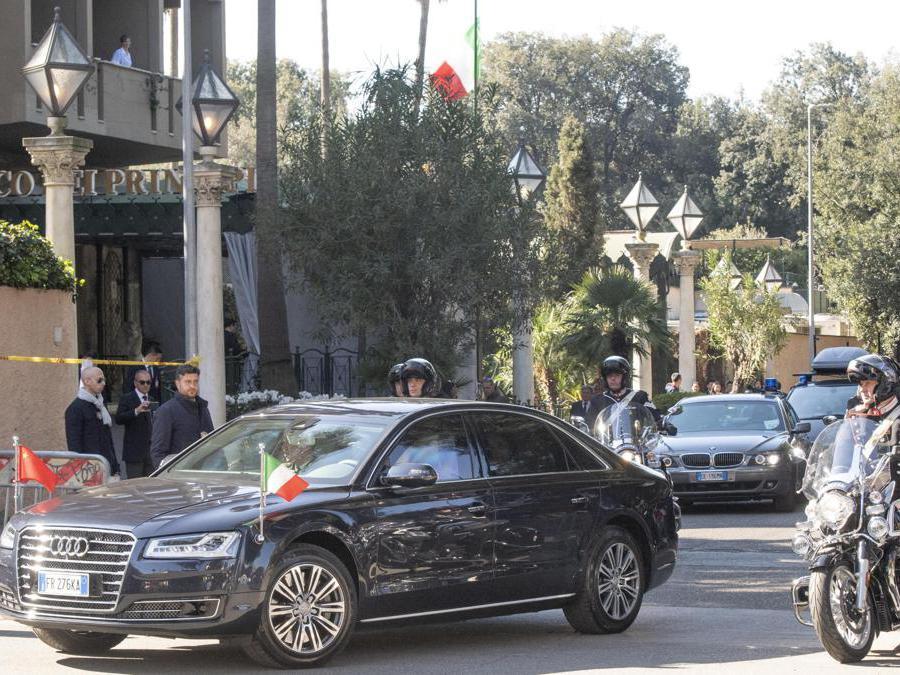 Il presidente cinese  Xi Jinping e  sua moglie Peng Liyuan lasciano l'hotel Parco dei Principi per recarsi all'incontro con il Presidente della Repubblica, Sergio Mattarella, al Quirinale. (Ansa / Claudio Peri)