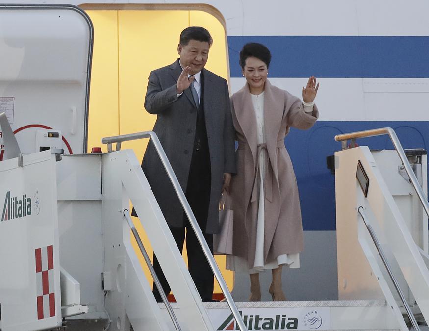 L'arrivo del presidente cinese  Xi Jinping e di sua moglie Peng Liyuan all'aeroporto Leonardo Da Vinci di di Fiumicino il 21 marzo 2019. (AP Photo/Andrew Medichini)