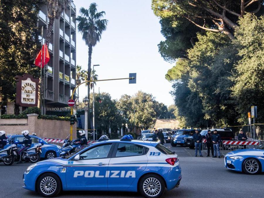 Auto della Polizia italiana fuori dall'hotel Parco dei Principi  22 marzo 2019 (Ansa / Claudio Peri)