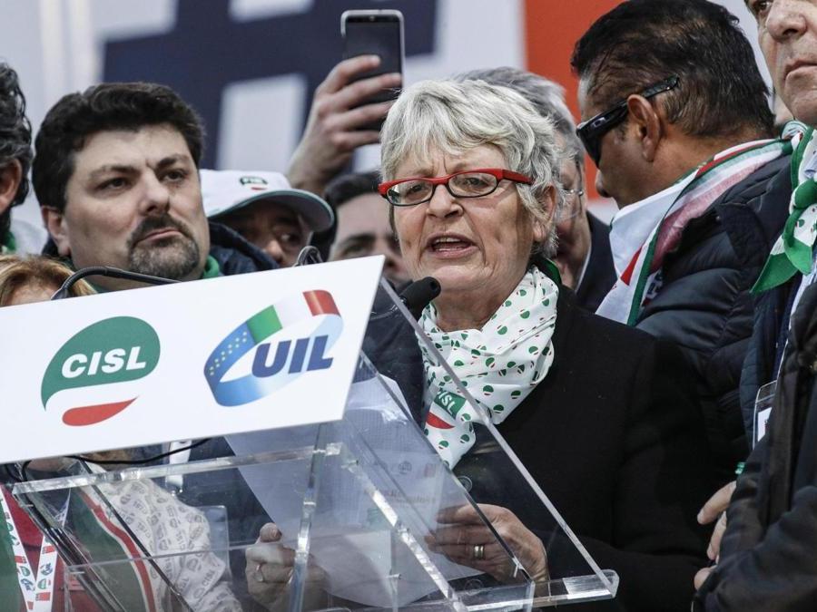 Il segretario generale Cisl Anna Maria Furlan in piazza San Giovanni durante la manifestazione nazionale Cgil, Cisl e Uil ''#Futuroallavoro'' -  ANSA/GIUSEPPE LAMI