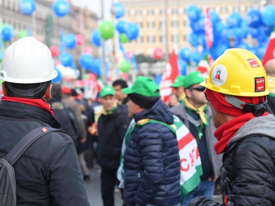 Un momento della manifestazione nazionale dei sindacati CGIL, CISL e UIL 'Futuro al lavoro' da piazza della Repubblica a piazza San Giovanni a Roma, 9 febbraio 2019, ANSA/CLAUDIO PERI