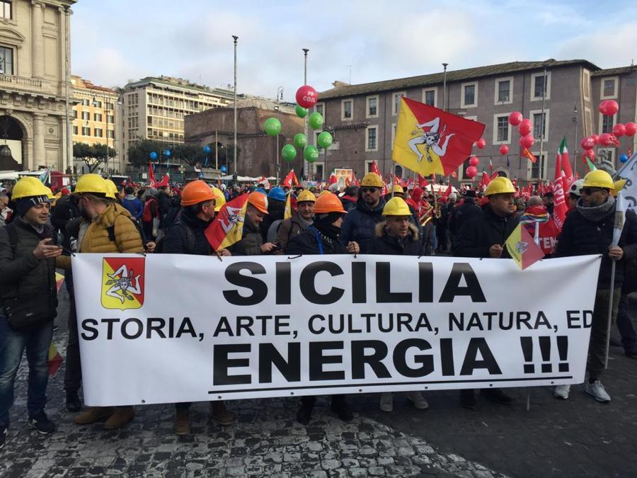 Anche il popolo dei caschi gialli si mette in movimento. I lavoratori del settore energia e dell'indotto manifestano con i sindacati contro l'ipotesi sempre più credibile di una fermata dei giacimenti nazionali di metano e di petrolio voluta dal Movimento Cinque Stelle.