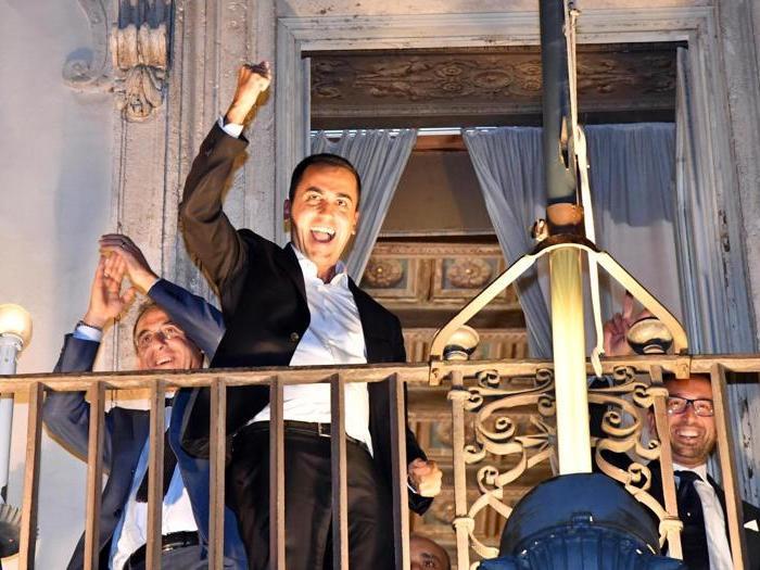 Manovra, Di Maio festeggia dal balcone di Palazzo Chigi