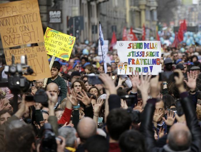 Milano, in decine di migliaia alla marcia contro il razzismo