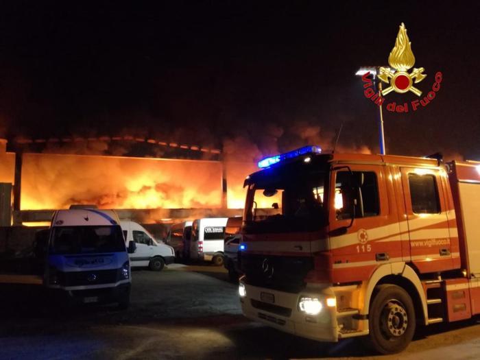 Milano, maxi-incendio in deposito rifiuti. Probabile origine dolosa