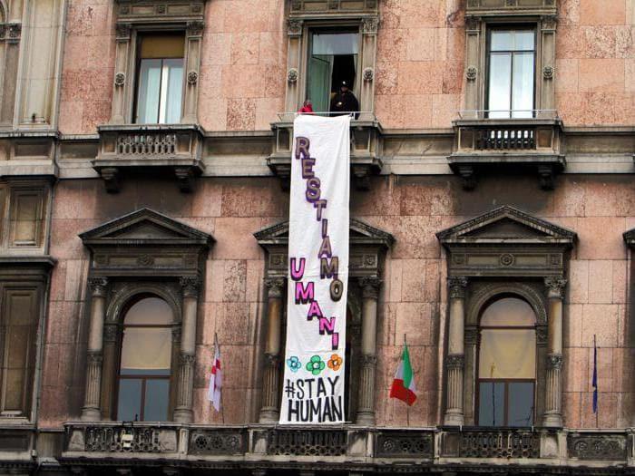 Milano, gli striscioni contro Salvini