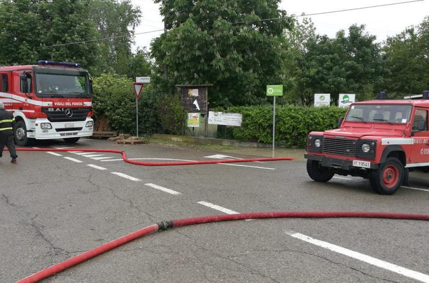 I vigili del fuoco impegnati contro la piena in transito considerata rilevante a Campogalliano  (Ansa)
