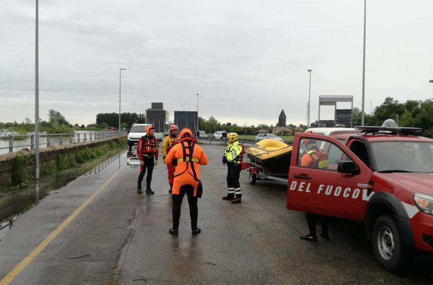 I vigili del fuoco impegnati contro la piena in transito considerata rilevante a Ponte Alto, Modena (Ansa)