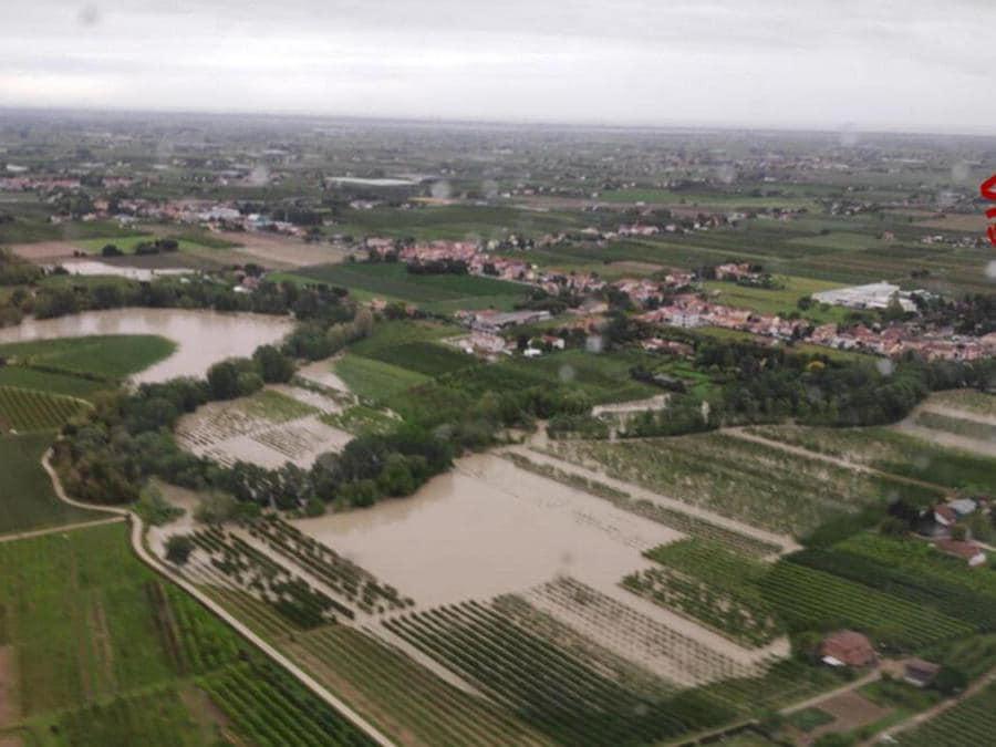 Un fermo immagine tratto da un video dei vigili del fuoco mostra le campagne allagate a causa dell'esondazione del fiume Savio in provincia di Forlì-Cesena (Ansa)