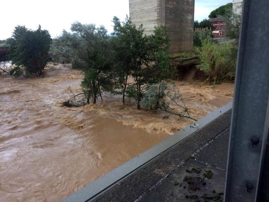 Uno dei piloni del viadotto ferroviario nel vibonese sommerso dalle acque del torrente Angitola a causa del maltempo, 5 ottobre 2018. ANSA
