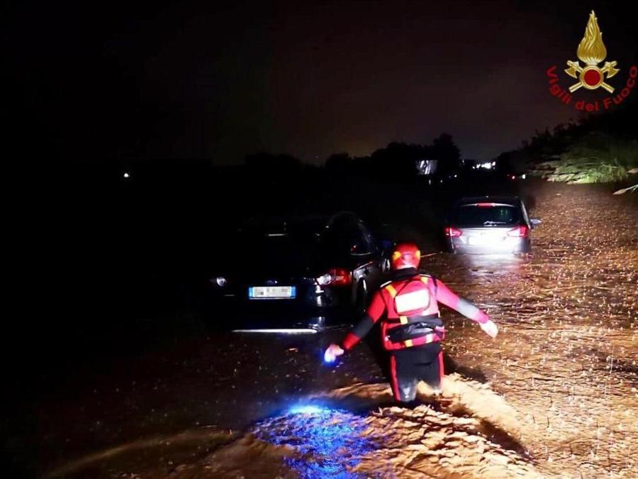 Vigili del fuoco al lavoro in seguito agli allagamenti causati dalla pioggia sulla Salerno-Reggio Calabria, in Calabria, 5 ottobre 2018. ANSA/ VIGILI FUOCO
