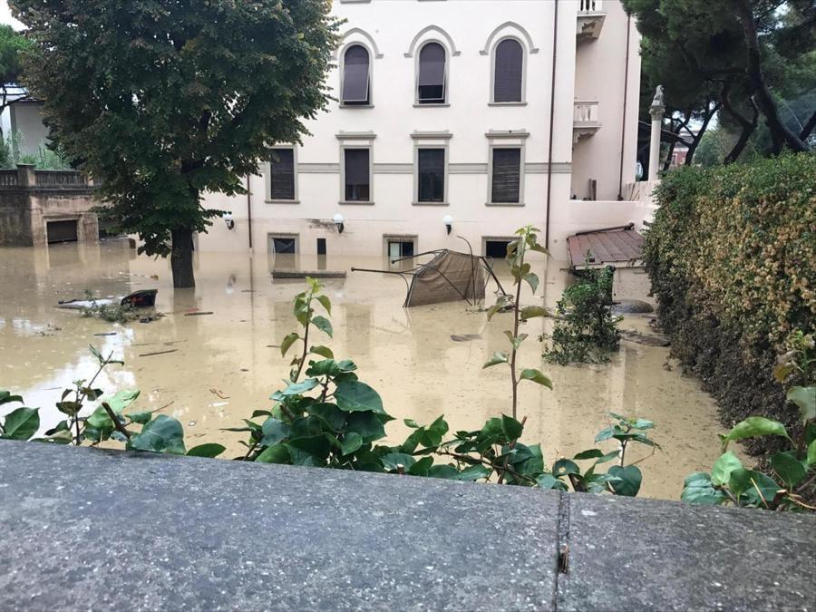 Case e strade sommerse dall'acqua a causa dall'ondata di maltempo che ha colpito la zona di Livorno, 10 settembre 2017. ANSA/ALESSIO NOVI