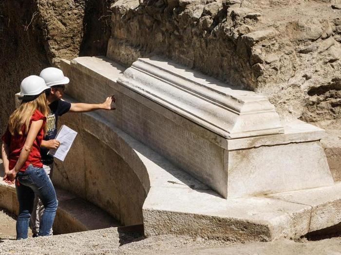 Pompei, il ritrovamento della tomba dell' «impresario»