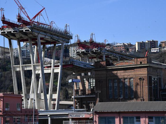 Ponte di Genova, le prime demolizioni del viadotto Morandi