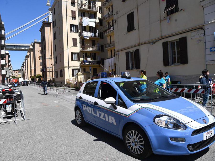 Polizia e forze dell'ordine presidiano la zona durante la ripresa delle operazioni per far entrare gli sfollati di via Porro nelle loro case per l'ultima volta, per poter recuperare le ultime cose, Genova. ANSA/LUCA ZENNARO