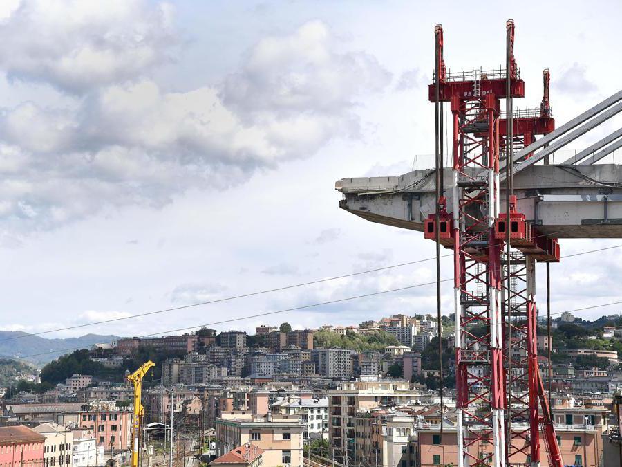 Le torri che sorreggono l'impalcato viste dalle case ancora abitate di via Porro, dove sono riprese le operazioni per far entrare gli sfollati nelle loro casa per l'ultima volta, per poter recuperare le ultime cose, Genova. ANSA/LUCA ZENNARO