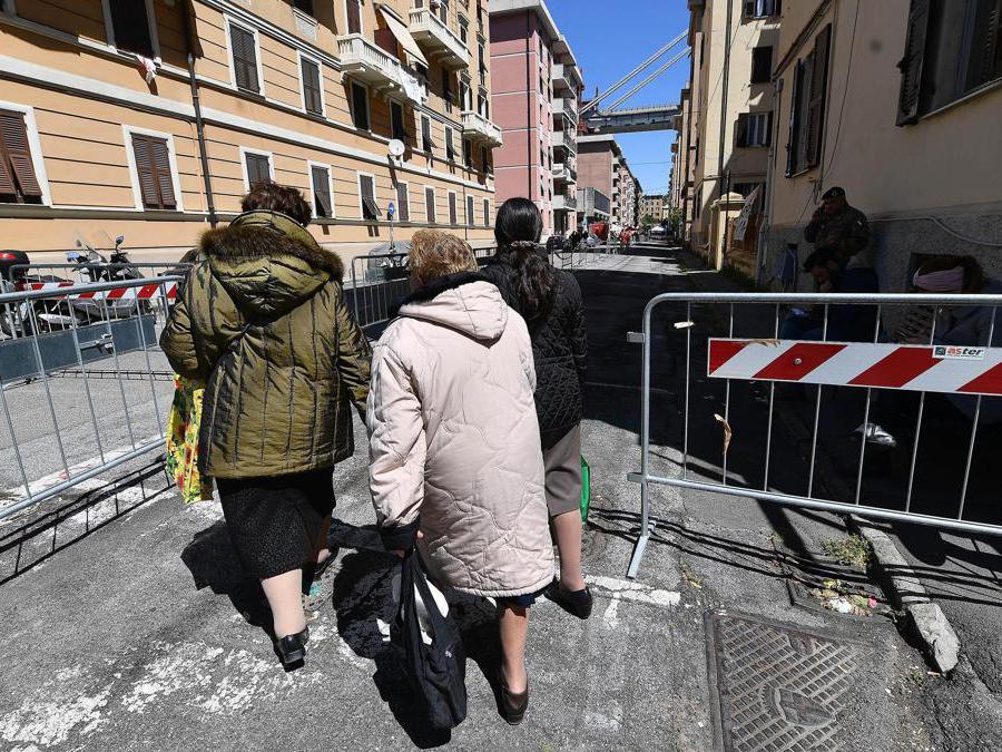 Gli sfollati tornano nelle loro case nell'area del ponte  Morandi, per raccogliere oggetti personali, a Genova. ANSA/ LUCA ZENNARO