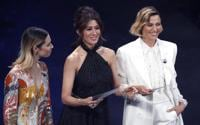 La presentatrice televisiva italiana Melissa Greta Marchetto con le attrici italiane Virginia Raffaele e Anna Foglietta sul palco del teatro Ariston -  ANSA/RICCARDO ANTIMIANI