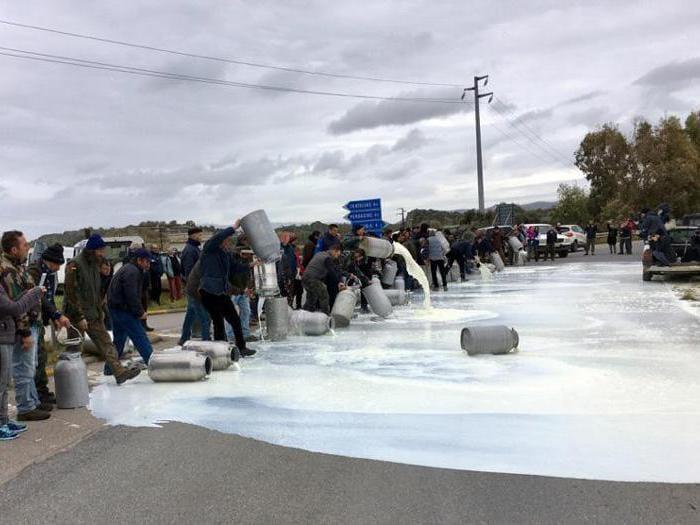 Sardegna, protesta del latte: i pastori in strada