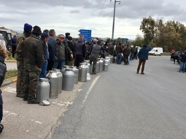 La protesta dei pastori sardi scesi in strada e davanti ai caseifici per protestare contro il prezzo del latte venduto agli industriali ad un prezzo ritenuto troppo basso. ANSA/ MANUEL SCORDO