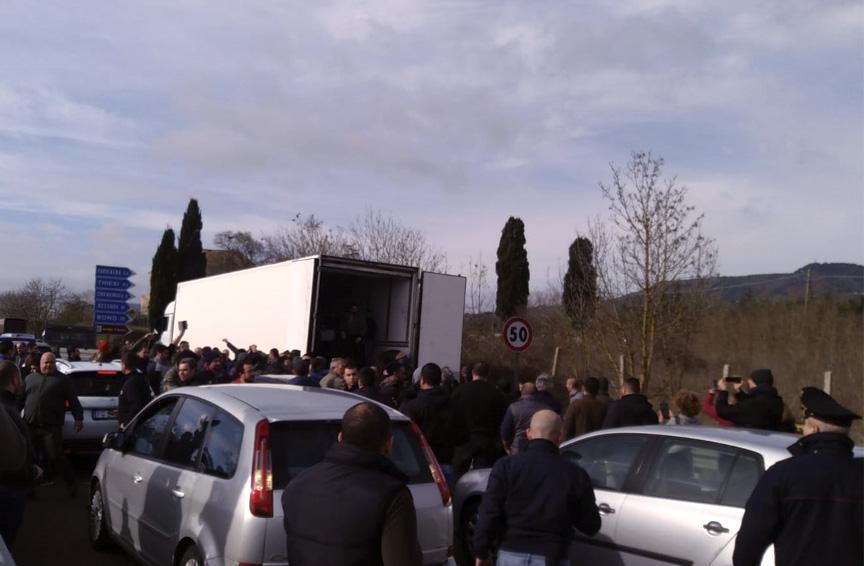 Non si placa la protesta dei pastori sardi, sul piede di guerra da alcuni giorni per il prezzo del latte venduto alle aziende ad un costo ritenuto troppo basso (circa 60 centesimi). Anche questa mattina, dopo le proteste di ieri, la rabbia degli allevatori si è riversata sulle strade, ed in particolare sulla Statale 131, la principale arteria sarda che collega Cagliari con Sassari. I manifestanti hanno bloccato il traffico in entrambe le direzioni all'altezza di Giave, nel sassarese. Al momento diverse auto sono incolonnate e gli automobilisti stanno solidarizzando con gli autori della contestazione. Altri blocchi stradali si registrano nel Nuorese e in Ogliastra, in particolare sulla Statale 125 nei pressi di Cardedu, e sulla Ss 129 a Orotelli. ANSA