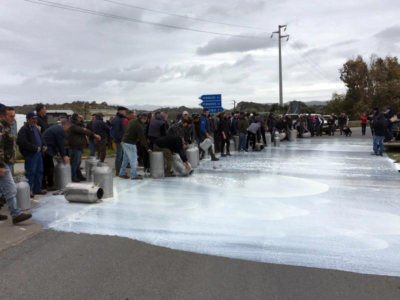 Allevatori versano il latte a terra per protestare contro il prezzo del latte venduto agli industriali ad un prezzo ritenuto troppo basso. ANSA/ MANUEL SCORDO