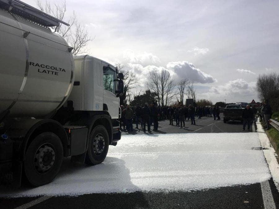 Il blocco di un' autobotte sulla statale 131 con il versamento di centinaia di litri di latte. I pastori protestano per il crollo del latte ovino in Sardegna, Cagliari. ANSA/FRANCESCO PINNA