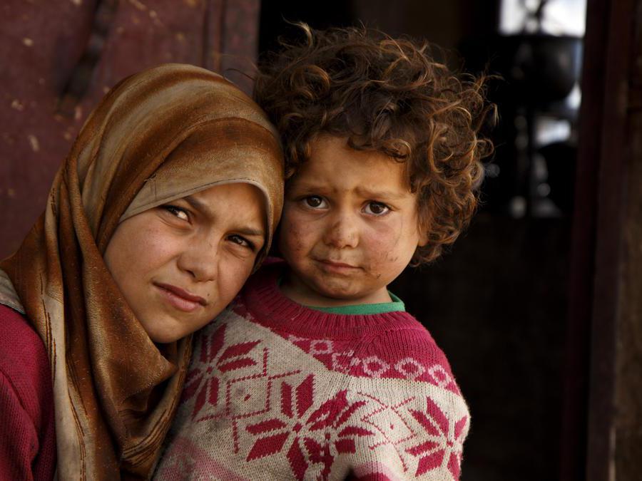 Zahra con la sorella Fatima, Syria. Credit: Ahmad Baroudi / Save the Children