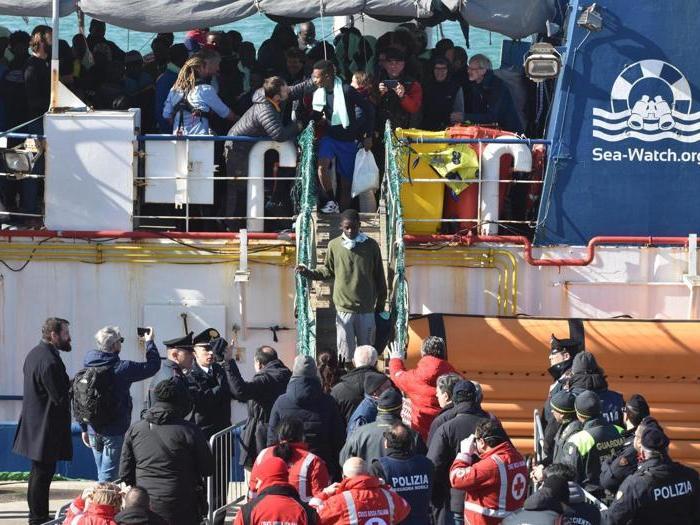 Sea Watch, lo sbarco dei migranti a Catania