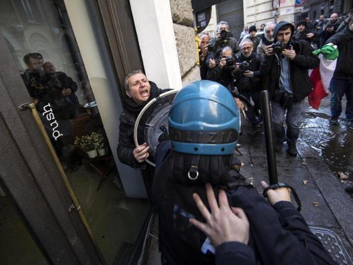 Tassisti e ambulanti protestano a Roma