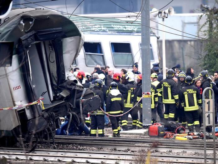 Treno delle Trenord deraglia nel milanese: morti e feriti