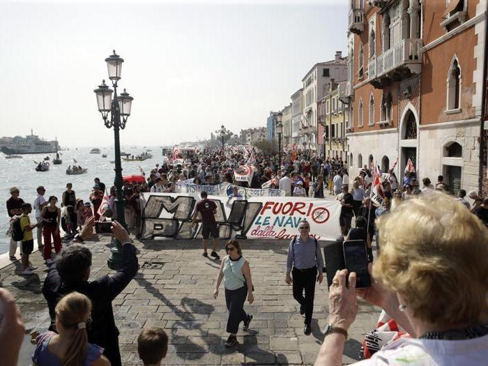 Venezia, protesta contro le grandi navi in laguna
