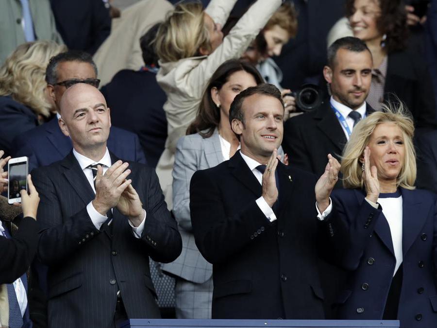 Il presidente della Fifa, Gianni Infantino, con il presidente francese Emmanuel Macron e la moglie Brigitte Macron (Ansa/Ap)