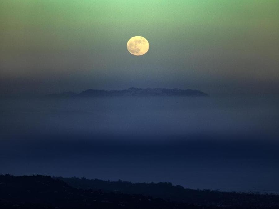 """Strawberry Moon Rising Over Santa Barbara"" di Iair Arcavi."
