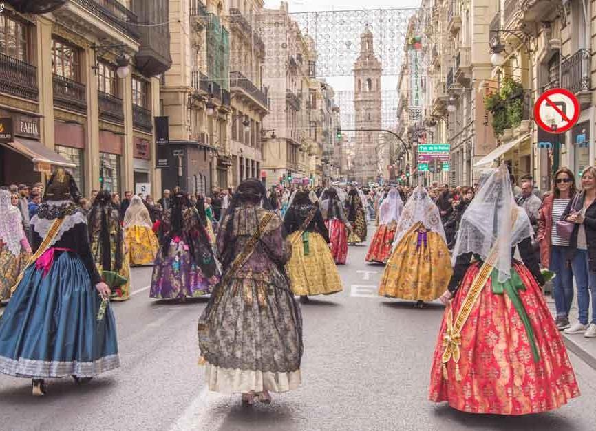 Una sfilata in abiti tradizionali per le vie di Valencia (PH Visit Valencia)