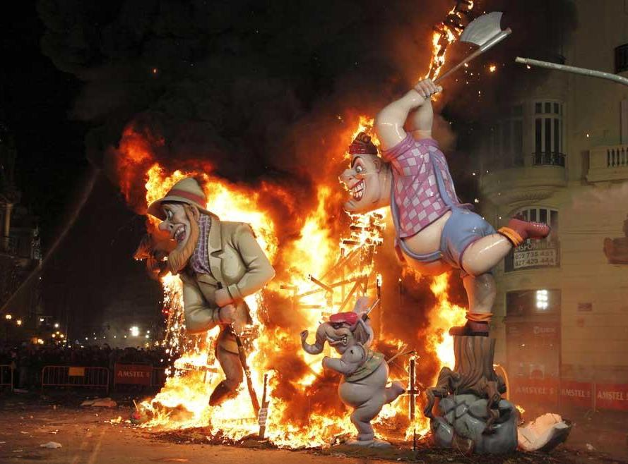 A chiusure di Las Fallas le centinaia di enormi caricature e rappresentazioni satiriche in cartapesta vengono bruciate tranno una, per votazione popolare, che viene esposto nel Museo Fallero (PH Visit Valencia)