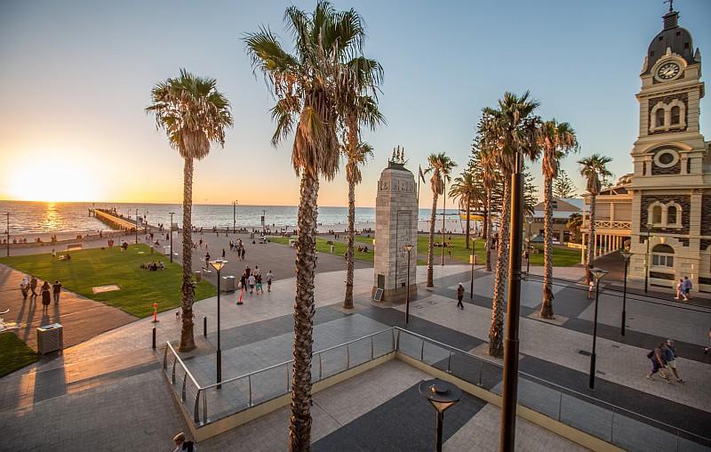 Glenelg, sobborgo di Adelaide famoso per la spiaggia che si raggiunge in tram dal centro (Credit:Tourism Australia /ph Greg Snell)